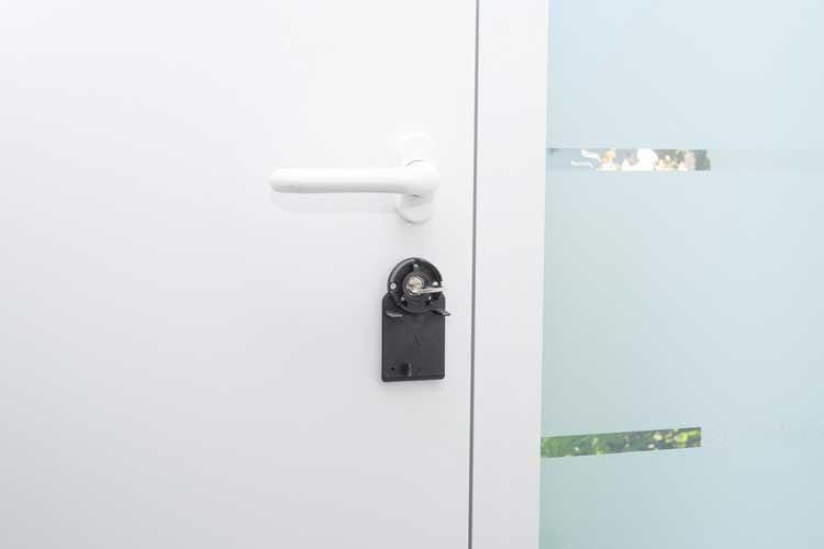 Bei der Installation des Nuki Türschlosses ist kein Zylinderwechsel nötig und auch der herkömmliche Schlüssel bleibt stecken