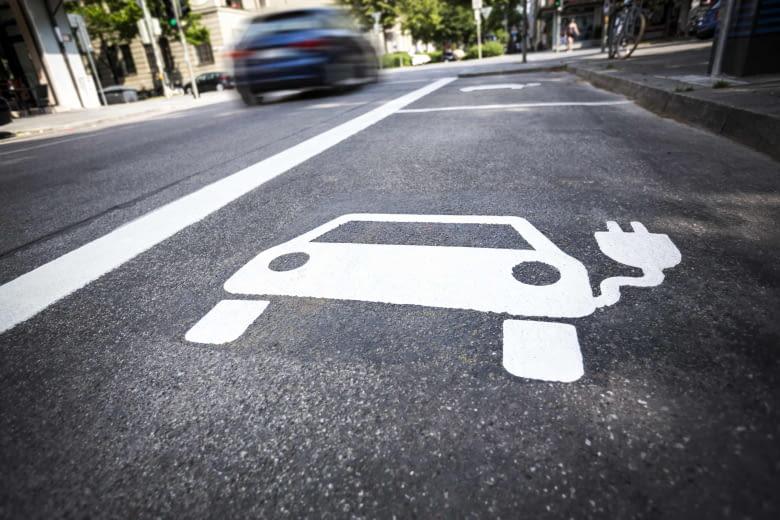 Die gesonderten Parkflächen für Elektrofahrzeuge bleiben derzeit oft noch leer