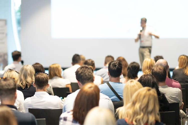 Auf der Fachkonferenz wird über die Verknüpfung von Smart Home und Versicherungen aufgeklärt