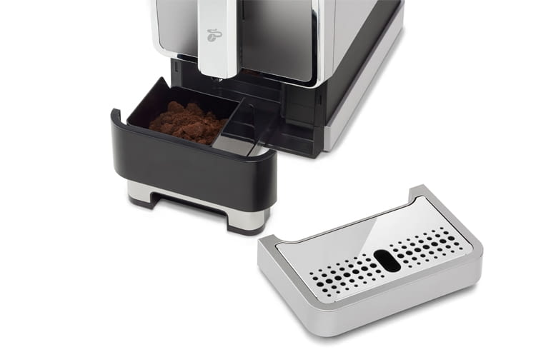 Der Tresterbehälter fasst 10 Portionen Kaffeesatz