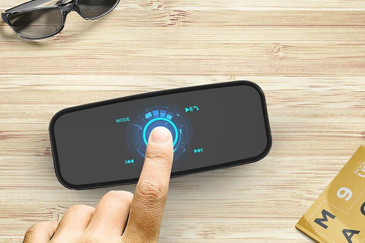 Die Oberfläche der DOSS SoundBox verfügt über ein Touchfeld für die Bedienung des Bluetooth-Lautsprechers
