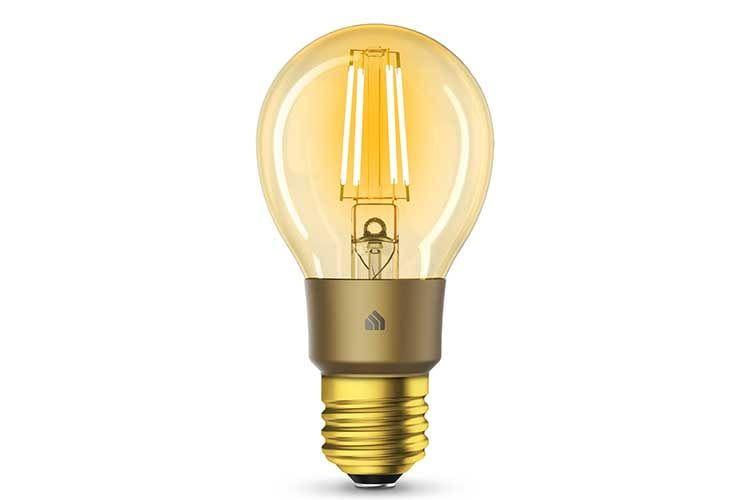 Nicht nur die Birne der TP-Link-Kasa Filament Smart Bernstein Gelb ist eingefärbt, sondern ebenso der E27 Sockel