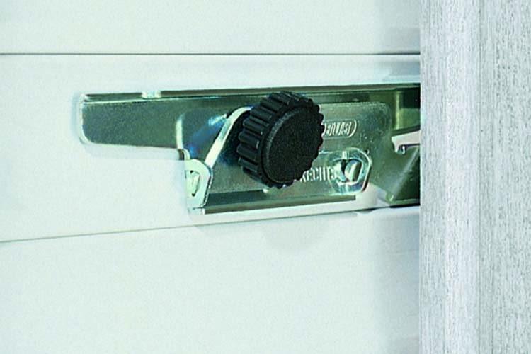 Die ABUS Rollladensicherung RS97 verhindert, dass Einbrecher Rollos aufhebeln können