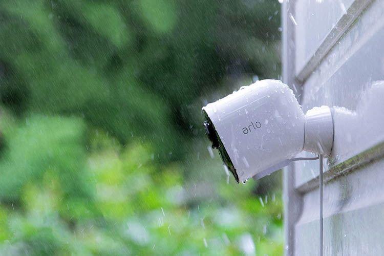 Arlo Ultra ist wasserfest, UV-beständig und auch draußen überall kabellos montierbar