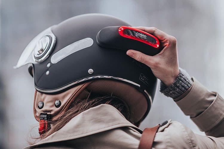 Cosmo Moto wird über Magneten am Helm befestigt