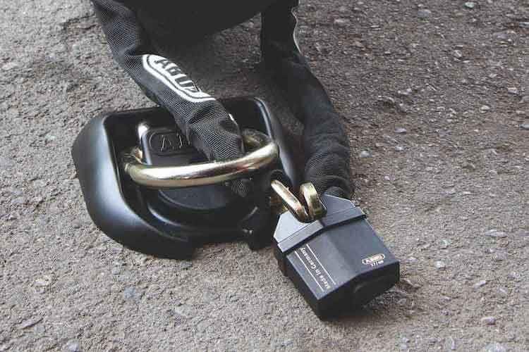 Sicherung von Motorrad oder anderen wertvollen Objekten: das ABUS Granit Bügelschloss bietet höchste Sicherheit