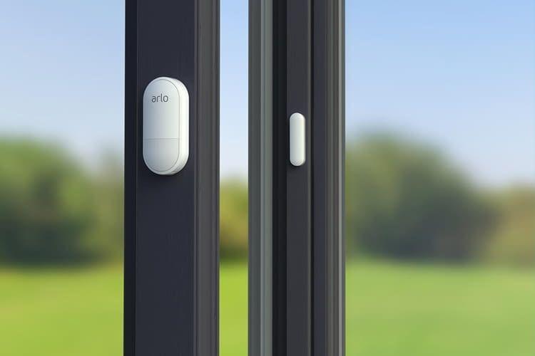 Einbruchschutz: Der Arlo Multi-Sensor überwacht Fenster und meldet deren Öffnung
