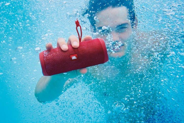 JBLs Bluetooth-Lautsprecher Flip 4 ist in etwa so groß wie eine 0,5 Liter Getränkedose