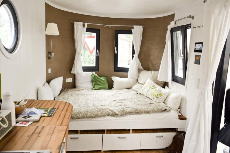 Der runde Schlafbereich ist gemütlich, die Naturmaterialien bieten Wohnkomfort mit niedrigem ökologischem Fußabdruck