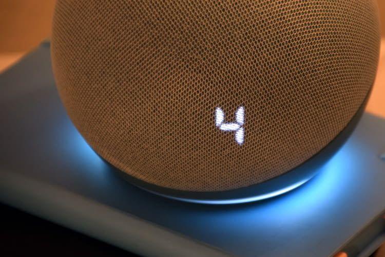 Hier blendet Echo Dot 4 mit Uhr im Test die gerade geänderte Lautstärke ein