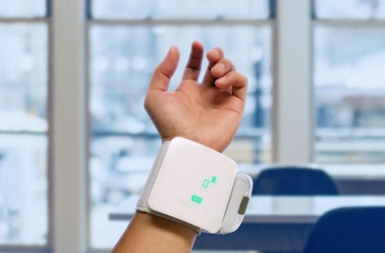 Das Blutdruckmessgerät View (von ihealth) wird am Handgelenk befestigt