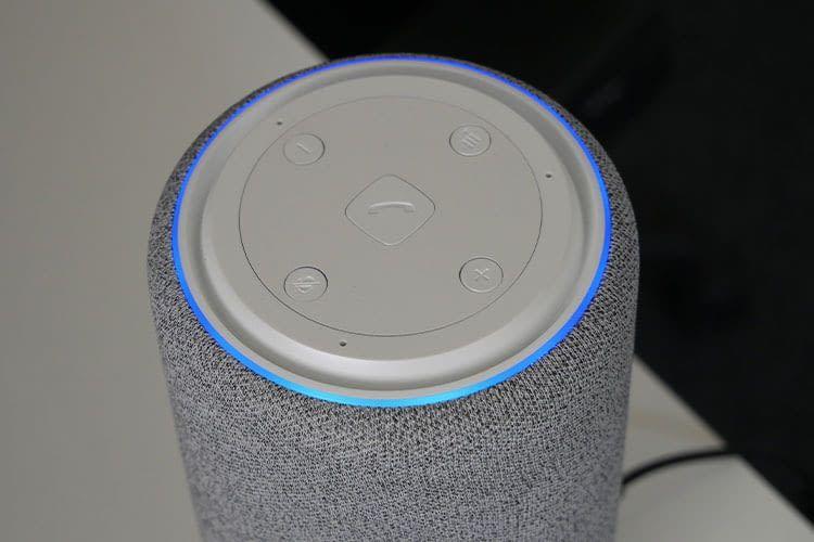 Wie der Echo Plus zeigt auch der Gigaset Smart Speaker L800HX durch einen blau leuchtenden Ring an, dass er auf eine Aufgabe wartet