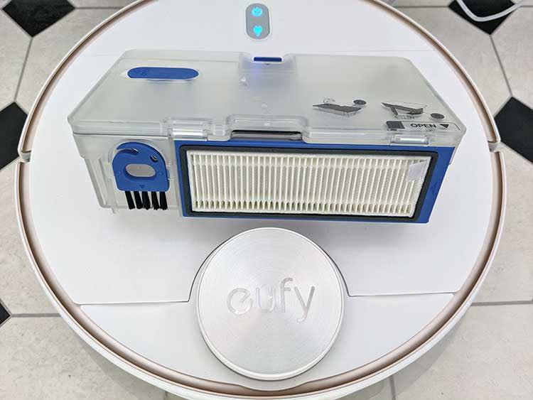 So sieht der Staub- und Wasserbehälter von eufy L70 geschlossen aus. Links ist noch eine kleine Filterbürste integriert