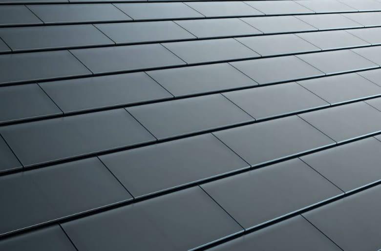 Die Tesla Solar Dachziegel aus Glas unterscheiden sich optisch kaum vom Standard