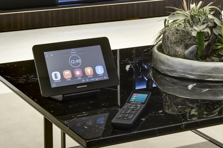 Das Crestron Smart Home im Griff: Per Touchpanel, Fernbedienung, Smartphone oder Amazon Alexa