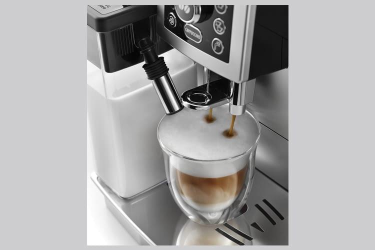Der Kaffeeauslauf von De'Longhi ECAM 23.466.B ist höhenverstellbar