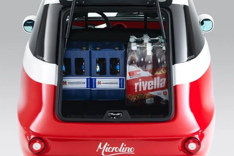 Trotz kompakter Maße passen mehrere Getränkekisten in den Kofferraum von Microlino