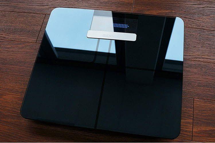 Die Oberfläche der smarten Körperanalysewaage Garmin Index besteht aus edlem Glas