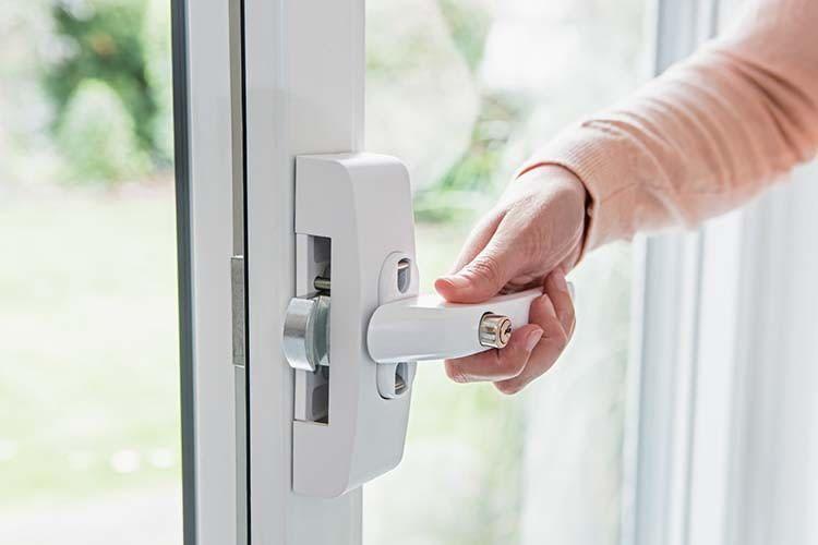 Die ABUS Secvest Funk-Fenstergriffsicherung FO 400 E kombiniert mechanischen Schutz mit elektronischer Alarmierung