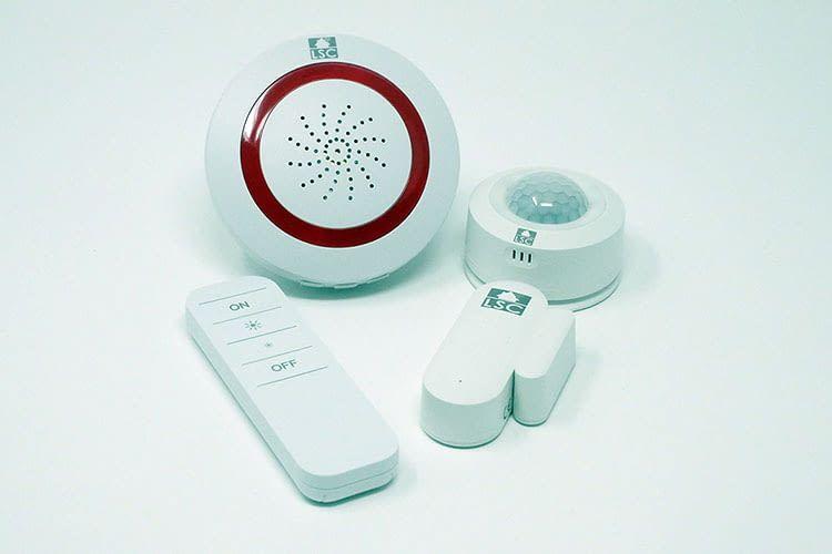 Günstig erhätlich: Die LSC Smart Connect Fernbedienung, Alarmsirene, Tür-Fenster-Kontakter und Bewegungsmelder (v.l.n.r.)