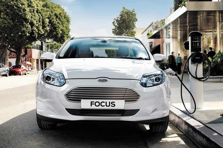 Das Elektroauto Ford Focus bietet Bi-Xenon-Scheinwerfer mit LED-Tagfahrlicht
