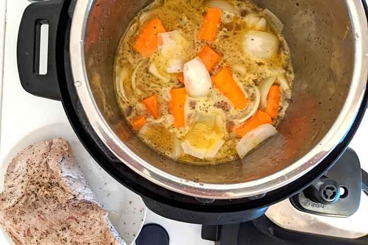Mit der Sauté Funktion wird der Instant Pot zur Kochplatte und eignet sich zum Anbraten. Hier der Soßen-Sud für den Schweinebraten