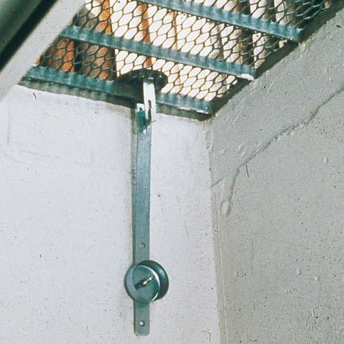 Kellerschächte sichert man ab besten mit einem Abhebschutz für das Gitter