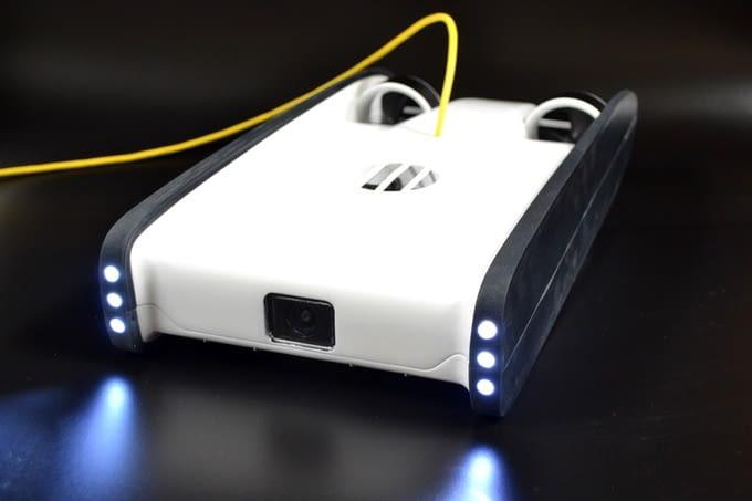 Die Trident Tauchdrohne wird mit starken LED's beleuchtet