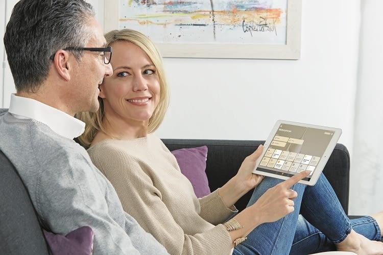 Mit dem HomeKit bequem vom Sofa aus die smarte Haustechnik steuern