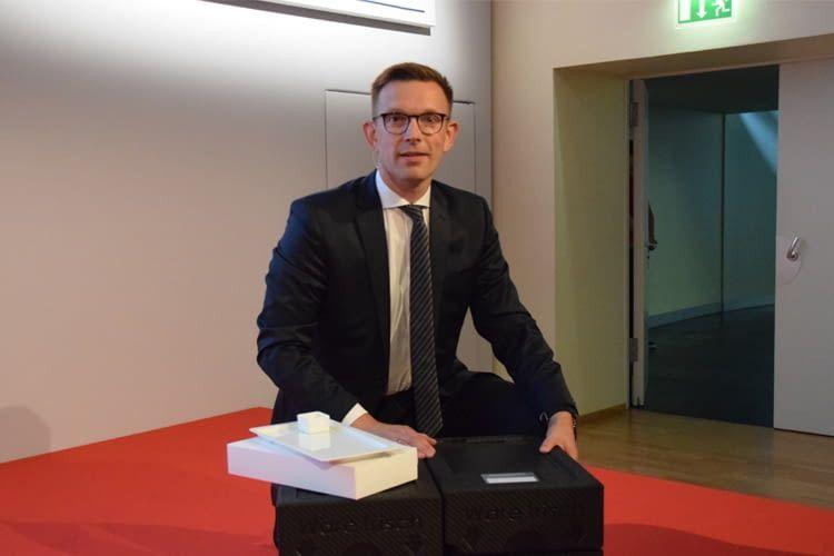 Geschäftsführer Martin Eilerts mit der Transportbox und dem Geschirr des Unternehmens