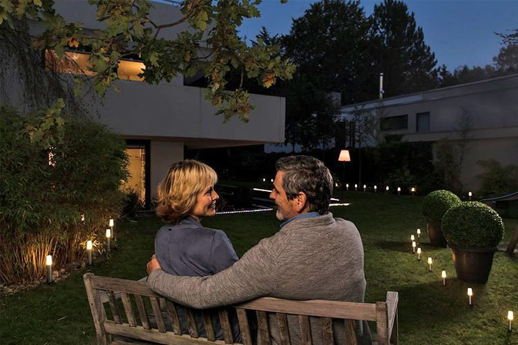Mit OSRAM LIGHTIFY lässt sich auch die Gartenbeleuchtung mit dem Handy steuern