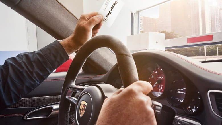 Sobald die Parken Plus-RFID-Karte in Reichweite der Schranke ist, öffnet sich diese automatisch