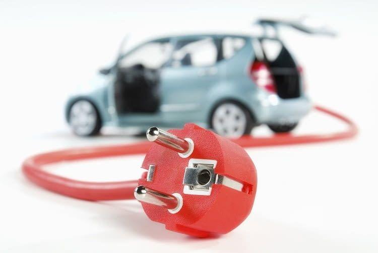Aufgrund des E-Kennzeichens haben E-Autos im Straßenverkehr teilweise Sonderberechtigungen