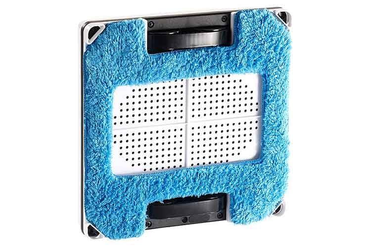 Die Unterseite des Fensterputzroboters Sichler PR-041 V3 mit aufgesetztem blauen Mikrofasertuch