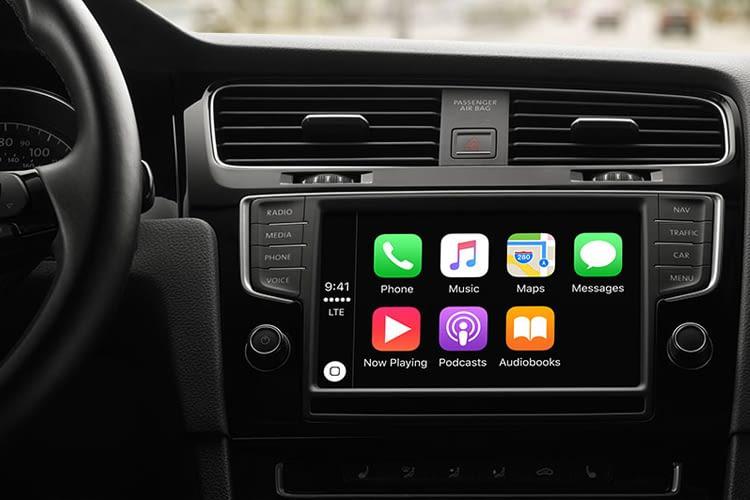 Siri ist in vielen Automodellen als Beifahrerin mit dabei. Apple CarPlay macht es möglich