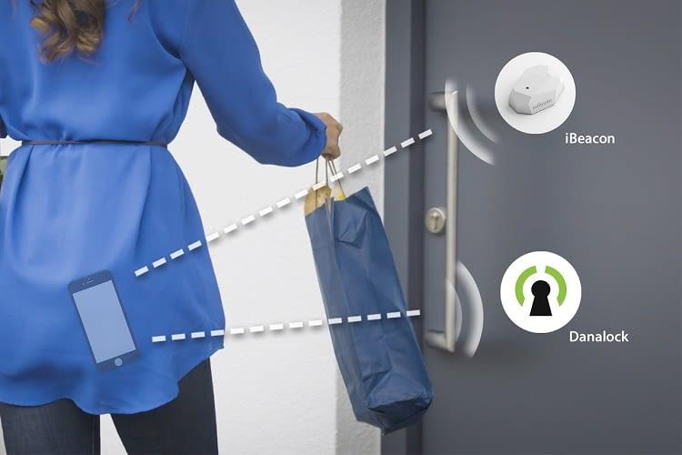 Der Beacon Sensor erkennt die Smartphones berechtigter Personen und öffnet die Tür