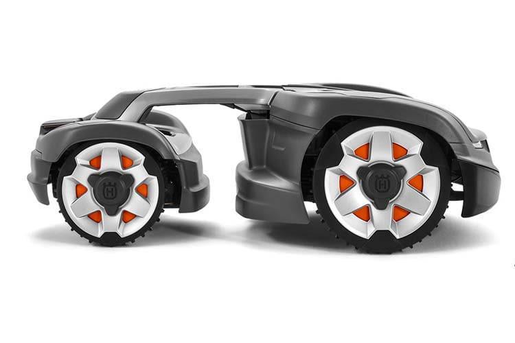 Das Heck des HUSQVARNA AUTOMOWER 435X AWD ist über eine bewegliche Achse mit dem Bug des Rasenroboters verbunden