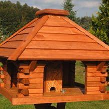 Mit Futterstelle, welche durch den abnehmbaren Schornstein von Wind und Wetter geschützt ist.