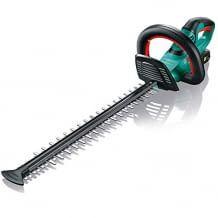 Mit Messerschutz, der auch das Arbeiten entlang von Mauern und Böden ermöglicht. Schneidet auch problemlos Äste.