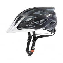 Leichte Helmkonstruktion für höchste Schlagfestigkeit. Anpassbarer Umfang am Kopf und am Kinn. Inkl. hochwertigem Helmpolster.