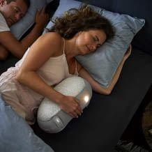 Der kuschlige Schlafroboter hilft durch beruhigende Klänge und Bewegungen beim Einschlafen
