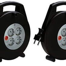 Zwei leichte Kabeltrommeln mit je 10m Kabellänge und vier Schutzkontakt-Steckdosen. Mit robustem Gehäuse und inkl. Kinderschutz.