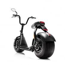 Moderner Elektroroller mit Straßenzulassung und extrabreiten Reifen
