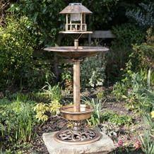 Vogelhaus mit solarbetriebenem Gartenlicht, Futterstation und integriertem Pflanzkübel.