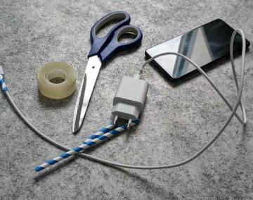 Mit einem Papierstrohhalm und etwas Tesa lässt sich Kabelbruch beim Smartphone Ladekabel vorbeugen
