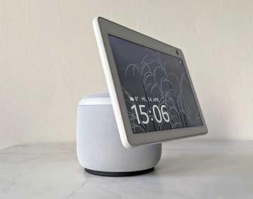 Echo Show 10: Im Korpus befinden sich Lautsprecher und ZigBee Hub, im Display sind Kamera und Mikrofone untergebracht