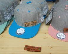 Die Caps von RUBDE sind mit einem individualisierbaren Lederpatch und einem smarten NFC-Tag versehen