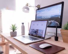 Smarte Gadgets stehen auf einem Schreibtisch