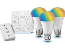 Das LIVARNO LUX Starter Kit besteht aus LIDLs SIVLERCREST ZigBee Gateway, einer Fernbedienung und 3 farbigen LED Leuchten