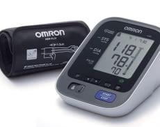 """OMRON M500 Blutdruckmessgerät mit """"intelligenter"""" Manschette"""